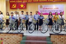 Trao học bổng Nguyễn Đức Cảnh cho con CNVC-LĐ khó khăn