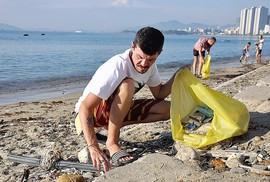 Nhìn khách du lịch nhặt rác, chúng ta có thấy xấu hổ?