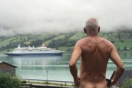 """Chính trị gia 71 tuổi khỏa thân """"tỏ thái độ"""" với du thuyền"""