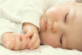 Sáng bị nựng nịu nhiều, đêm ngủ không yên?