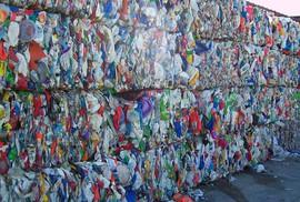 """Doanh nghiệp nhựa kêu có thể phá sản do container phế liệu """"nằm"""" cảng"""