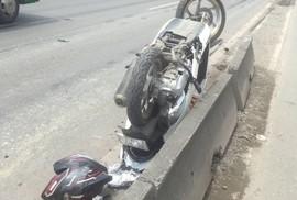 Xe máy lách vào làn ô tô, cô gái ngồi sau chết thảm