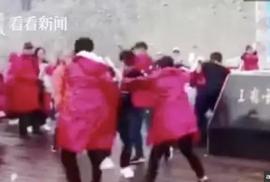 Du khách Trung Quốc ẩu đả giành chỗ chụp hình trên núi tuyết