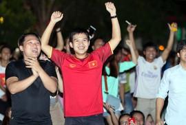 CĐV TP HCM diễu hành ăn mừng bằng xe máy sau trận thắng muộn của Olympic Việt Nam