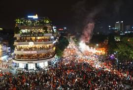 """Biển người và cờ đỏ """"thắp sáng"""" hồ Gươm mừng chiến tích Olympic Việt Nam"""