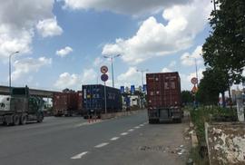 Container đỗ xe dưới lòng đường để... ăn trưa