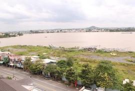 """""""Vết dầu loang"""" trên sông Đồng Nai"""
