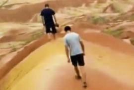 """Trung Quốc: Du khách """"khoe"""" clip phá hoại khu đất cổ 200.000 tuổi"""