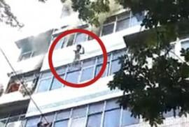 Cháy chung cư, người mẹ tuyệt vọng ném con ra ngoài từ tầng 4