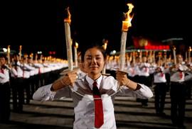 Cận cảnh màn đồng diễn đuốc rực lửa có một không hai tại Triều Tiên