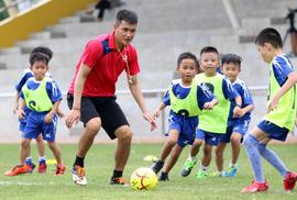 Công Vinh mang bóng đá cộng đồng đến trường học