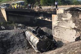 Tông xe Mazda CX5, xe bồn chở xăng dầu lao khỏi cao tốc, cháy dữ dội