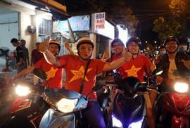 Người dân TP HCM và Vũng Tàu đổ ra đường mừng U23 Việt Nam
