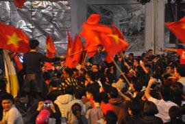 Ngập sắc đỏ mừng chiến thắng nức lòng của U23 Việt Nam
