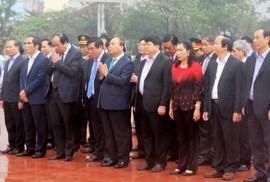 Thủ tướng dâng hoa Tượng đài Nguyễn Sinh Sắc - Nguyễn Tất Thành