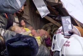 Bé trai 11 tháng tuổi sống sót dưới cả tòa nhà đổ sập lúc -17 độ C