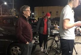 Tỉ phú Bill Gates xếp hàng mua bánh burger giá vài USD