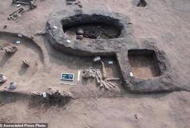 Nhiều hài cốt trong tư thế bó gối chôn cất bên bờ sông Nlie
