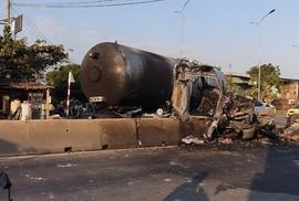 Xe bồn chở gas nổ vỏ, phát cháy trên đường