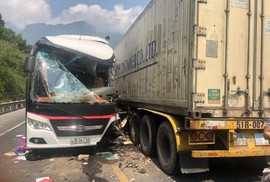 Xe chở khách du lịch lấn làn tông container, 12 người bị thương