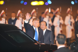 Tổng thống Donald Trump vẫy chào khi tới Hà Nội