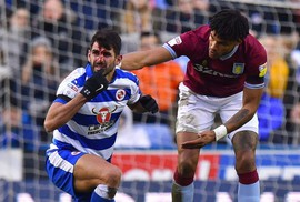 Bị giẫm lên mặt, cầu thủ Reading bê bết máu rời sân