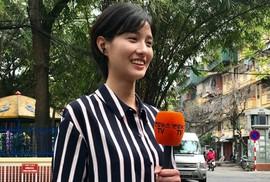 Nữ phóng viên truyền hình Hàn Quốc tác nghiệp tại Trường Mẫu giáo Việt-Triều