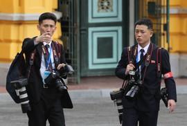 """""""Soi"""" đồ nghề của phóng viên Triều Tiên tháp tùng Chủ tịch Kim Jong-un"""