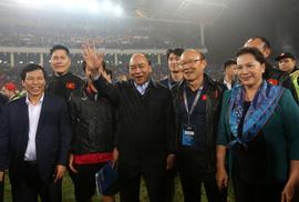 Thủ tướng và Chủ tịch Quốc hội hòa chung niềm vui với U23 Việt Nam