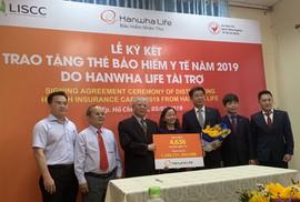 Hanwha Life Việt Nam tặng 4.636 thẻ BHYT cho người nghèo