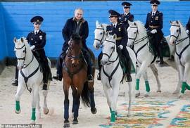 Ông Putin đầy nam tính giữa đoàn kỵ binh nữ