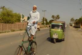 Người đàn ông chế tạo xe đạp tầng ở Pakistan