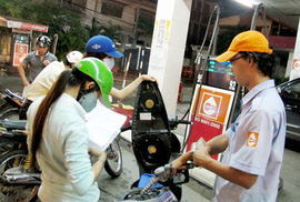 Lại đòi tăng giá xăng dầu