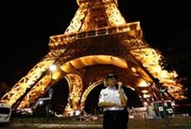 Paris hoảng loạn vì tháp Eiffel bị dọa đánh bom
