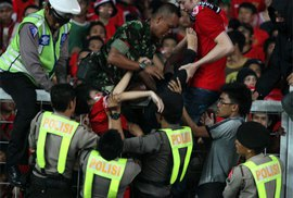 Kinh hoàng 2 CĐV Indonesia bị dẫm đạp đến chết