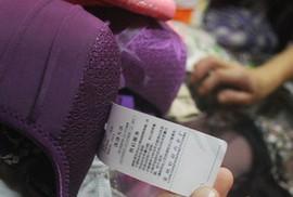 Hà Nội: Thu giữ hàng trăm áo lót Trung Quốc có chứa túi chất lỏng, hạt nhựa