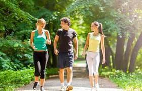 Chạy bộ ngoài trời hay trên máy thì tốt hơn?