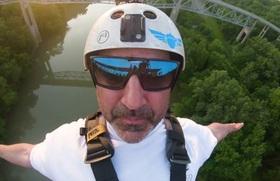 Người đàn ông mua riêng cây cầu để nhảy bungee