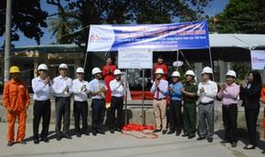 Gắn biển hoàn thành công trình cấp điện lưới quốc gia tại xã đảo Tiên Hải