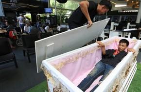 Quán cà phê cho khách thử làm người chết ở Bangkok