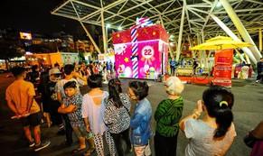 Hàng ngàn người tò mò với hộp quà khổng lồ tại TP HCM