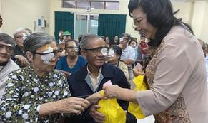 NSND Kim Cương giúp người nghèo mổ mắt