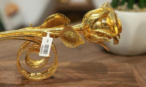 Chi 330 triệu đồng đúc hoa hồng vàng làm quà tặng ngày 8/3