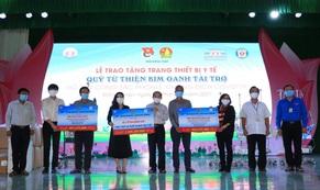 Quỹ từ thiện Kim Oanh trao tặng máy thở, vật tư y tế trị giá 2,5 tỉ đồng cho Long An và Đồng Tháp