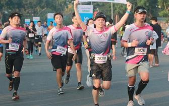 """Nhà vô địch leo núi """"hạ sơn"""" đăng quang Marathon TP HCM"""