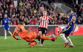 """""""Người nhện"""" Mendy giúp Chelsea thắng tân binh, đòi ngôi đầu Ngoại hạng"""