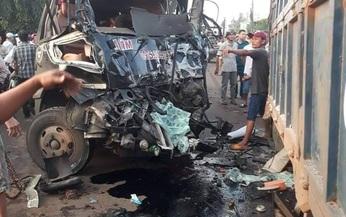 CLIP: Ớn lạnh xe khách tông trực diện xe tải ở Đồng Nai