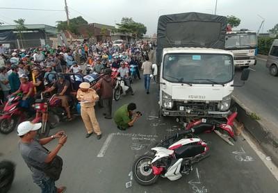 TP HCM: Xe tải chạy vào làn xe máy tông 2 người chết tức tưởi