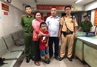 Bé trai lạc mẹ từ quận 1 sang quận 2 sau trận Việt Nam thắng Malaysia