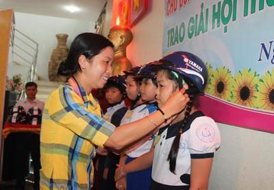 Học bổng Nguyễn Đức Cảnh: Động viên con CNVC-LĐ khó khăn đến lớp
